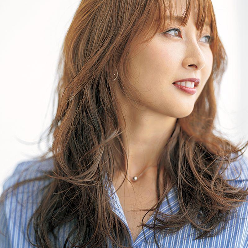 【40代の2020年最新髪型】スタイルまでもよく見せるセミロング【ロングヘア】