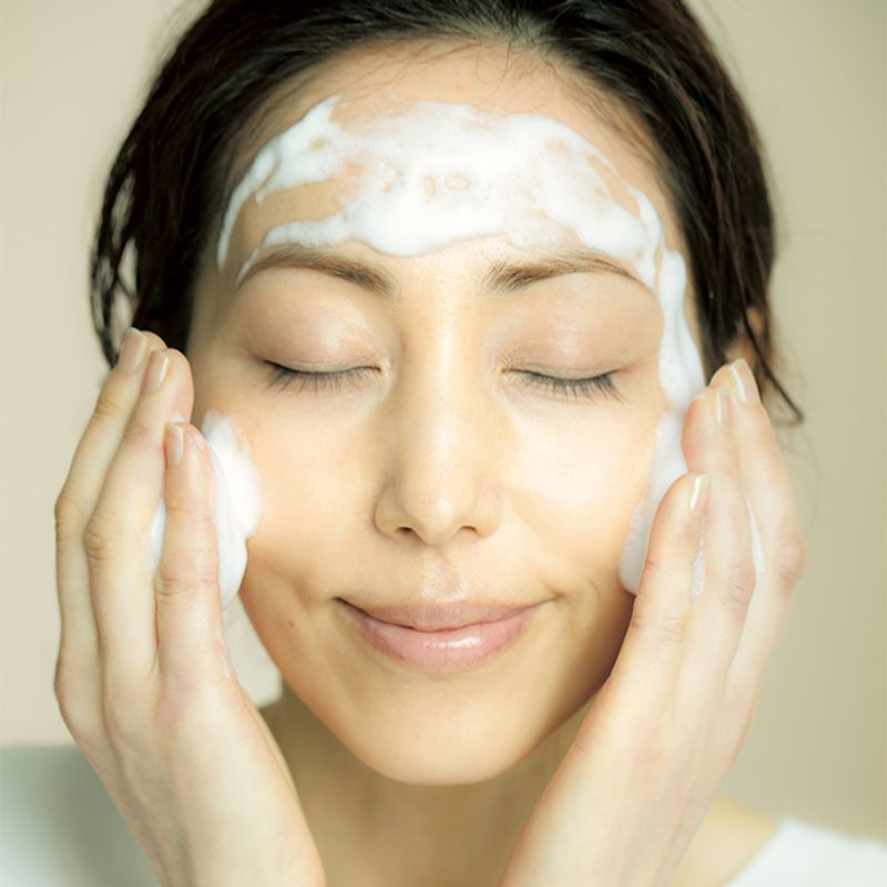 スキンケアの第一歩【正しい洗顔方法】|摩擦レス洗顔で美肌を手に入れる