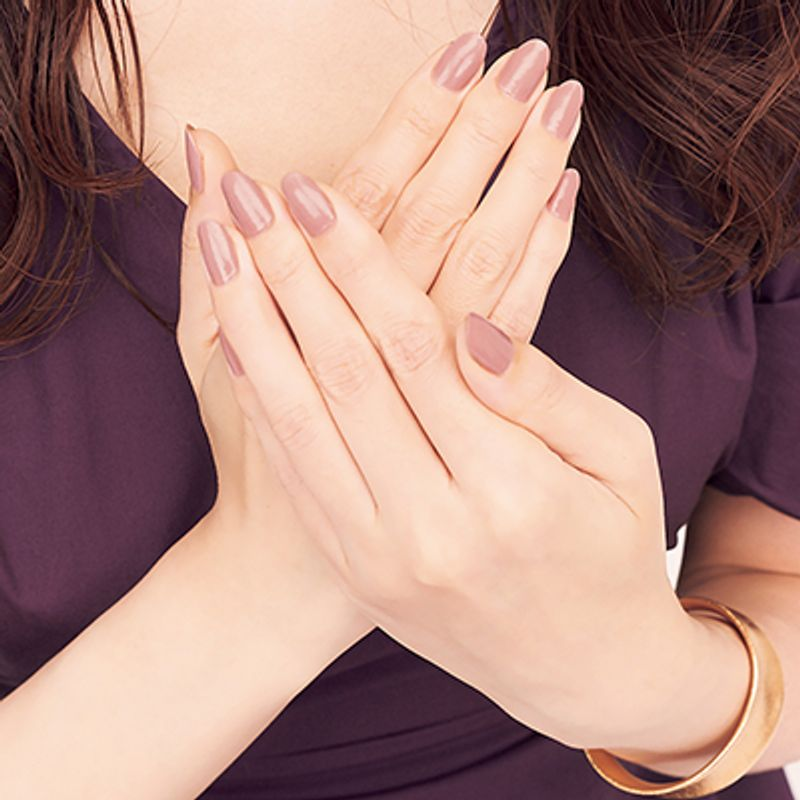 グランプリ美魔女梅本理恵さんの美肌に見える【ピンクベージュネイル】選び方と美爪のコツ